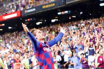 جريزمان يقود انتفاضة برشلونة لسحق ريال بيتيس