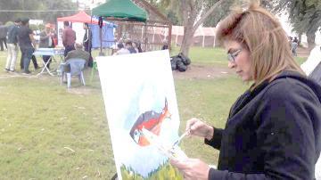 التشكيلية سناء محمد تحتج بطريقتها الخاصة على قتل الأسماك