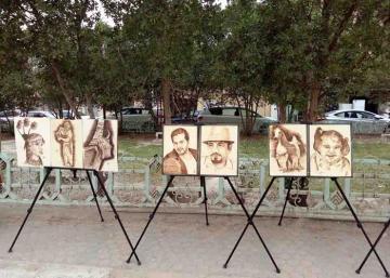 الرسم بالكي على الخشب.. فن يصل متأخرا الى العراقيين